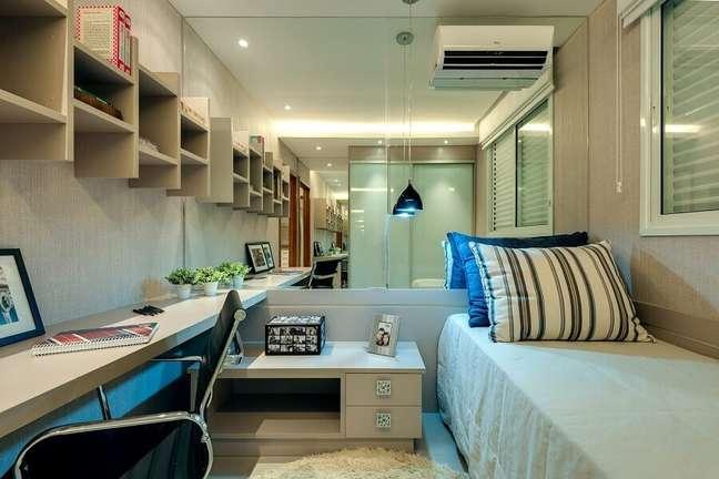 44. Parede espelhada para decoração de quarto masculino pequeno planejado com escrivaninha suspensa – Foto: HF Engenharia Premium