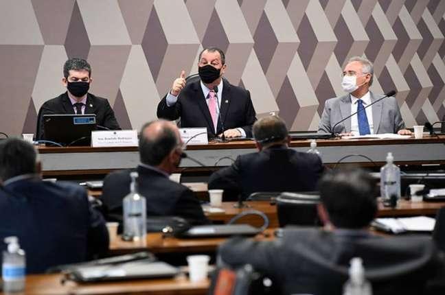 Omar Aziz (centro), presidente da CPI da Covid; Randolfe Rodrigues, vice (à esq.); e o relator Renan Calheiros