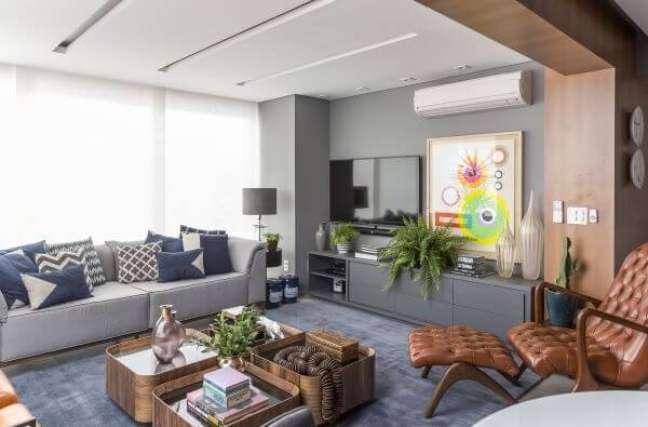 35. Sala cinza com almofadas grandes e decoração moderna – Foto Altera Arquitetura