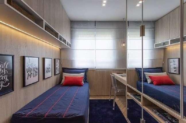 24. Decoração de quarto masculino solteiro pequeno amadeirado com guarda roupa espelhado – Foto Sesso & Dalanezi Arquitetura