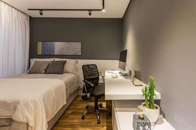 37. Ideias de quarto masculino pequeno cinza e branco decorado com escrivaninha suspensa – Foto: Lumi Arquitetura