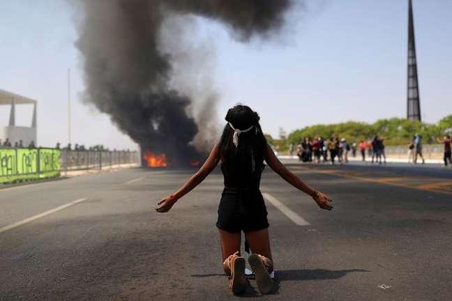 Indígenas protestam contra presidente Bolsonaro e pela demarcação de terras em frente ao Planalto, em Brasília 27/08/2021  REUTERS/Amanda Perobelli