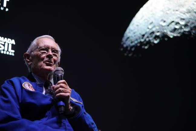 O astronauta americano Charles Duke, homem mais jovem a pisar na lua