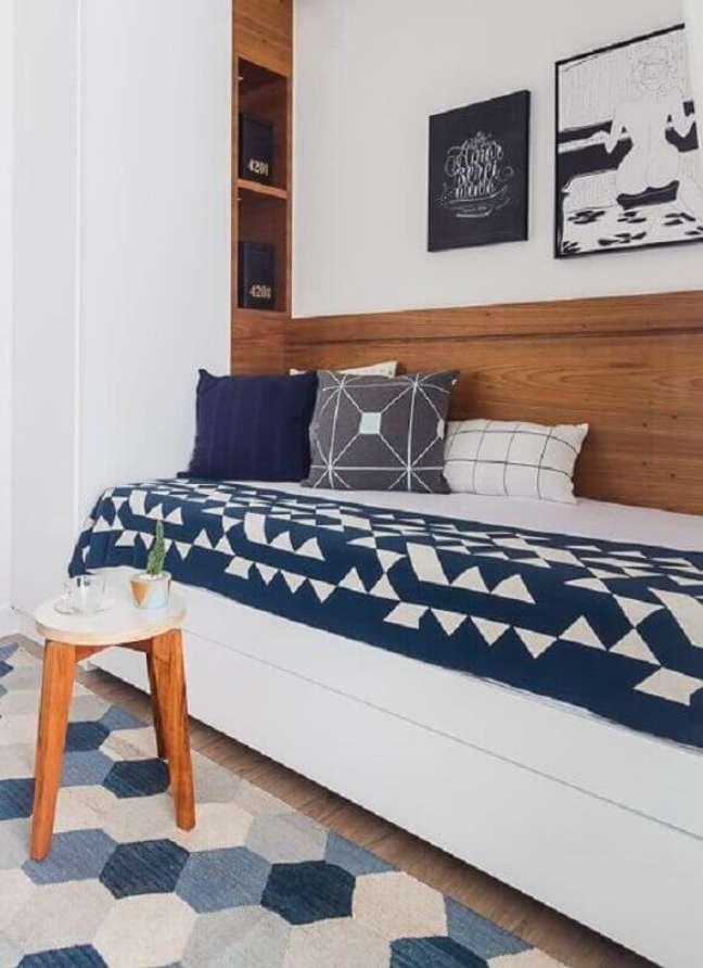 14. Decoração de de quarto infantil masculino pequeno azul e branco – Foto: Duda Senna