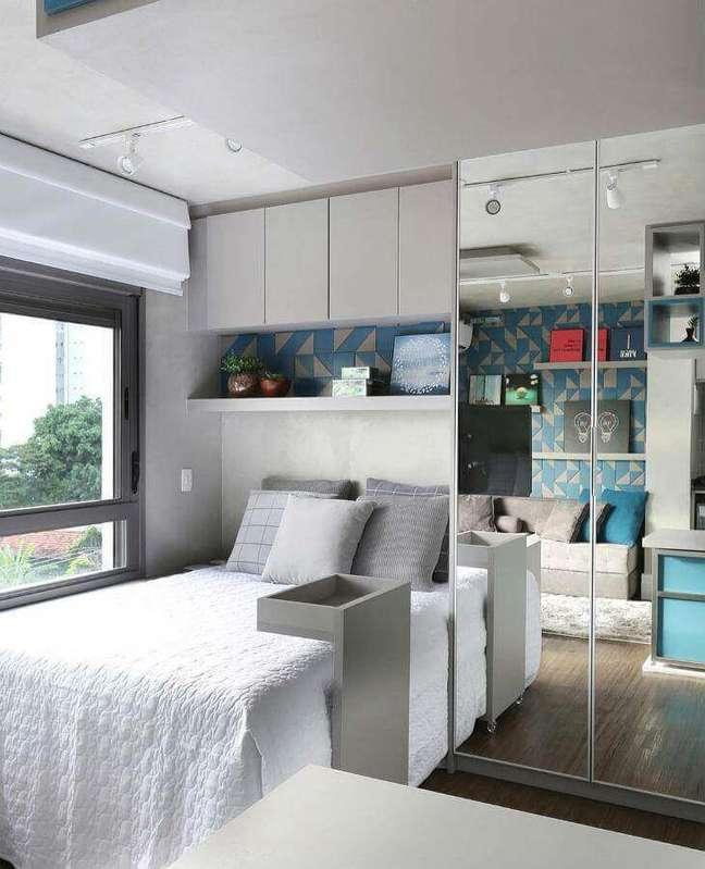 5. Cores claras para decoração de quarto masculino pequeno com guarda roupa espelhado – Foto: Sesso & Dalanezi Arquitetura
