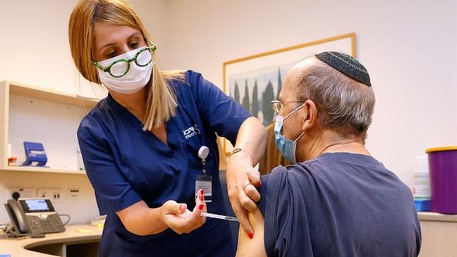 Israel foi um dos primeiros lugares do mundo a adotar a política de aplicar a terceira dose da vacina em alguns grupos