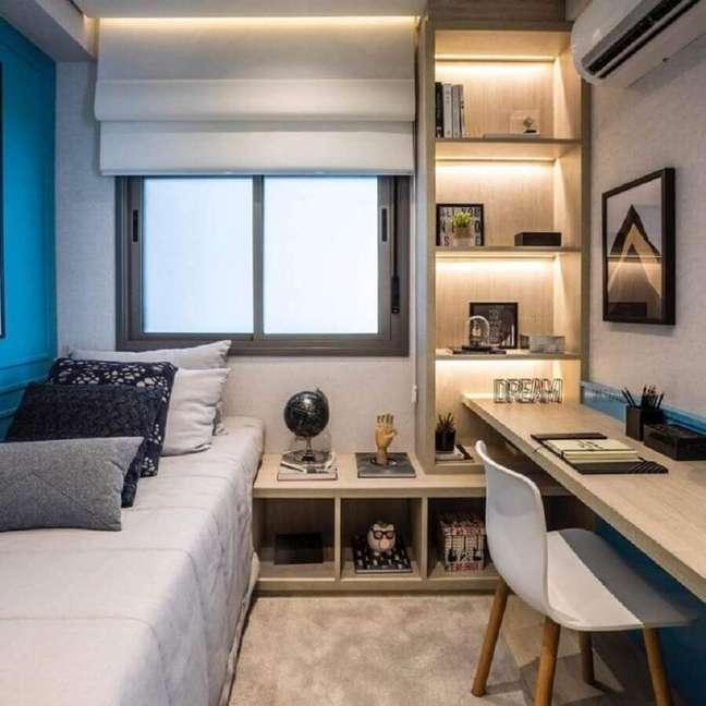 39. Móveis planejados para decoração de quarto masculino solteiro pequeno – Foto: Chris Silveira