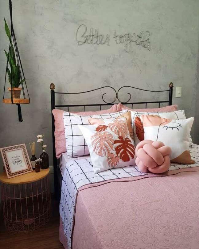 13. Cama decorada com almofadas grandes em tons de rosa e branco – Foto Nossoape 101