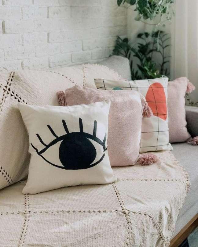 49. Sofá decorado com almofadas grandes e macias – Foto Apartamento 1317