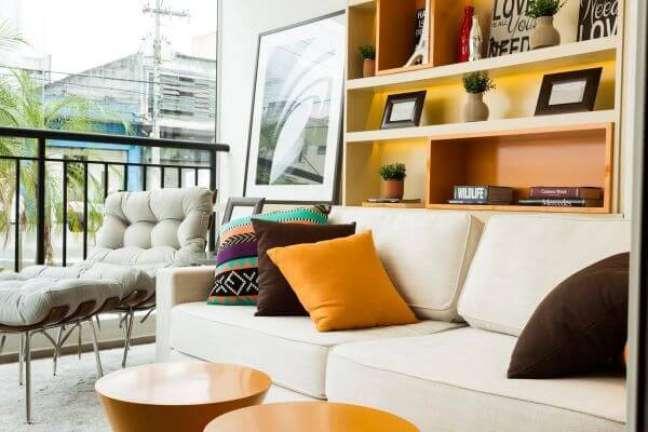 45. Sofá bege com almofadas grandes e coloridas para decoração clássica -Foto Sesso e Dalanezi Arquitetura e Design