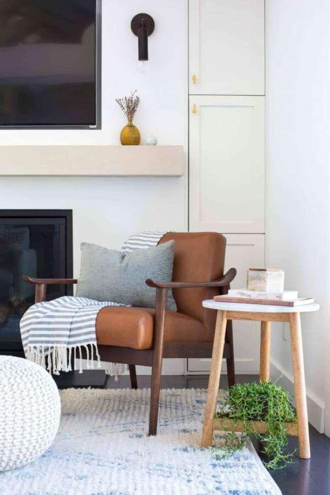 28. Poltrona de couro com almofadas grandes – Foto Clementine Interiors