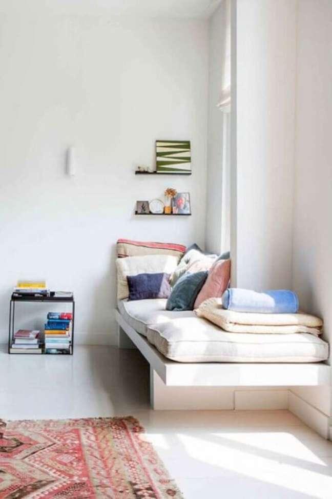 16. Cantinho da leitura com almofada futon grande e almofadas coloridas – Foto Cut Paste