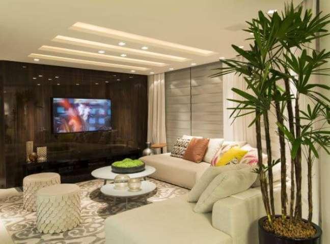 43. Sala de tv com sofá redondo e almofadas grandes coloridas – Foto Anna Maya Arquitetura