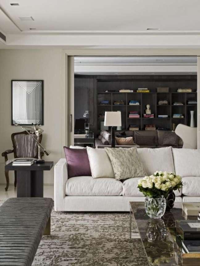 36. Sala clássica decorada com sofá bege e almofadas grandes em roxo e bege – Foto Roberto Migotto