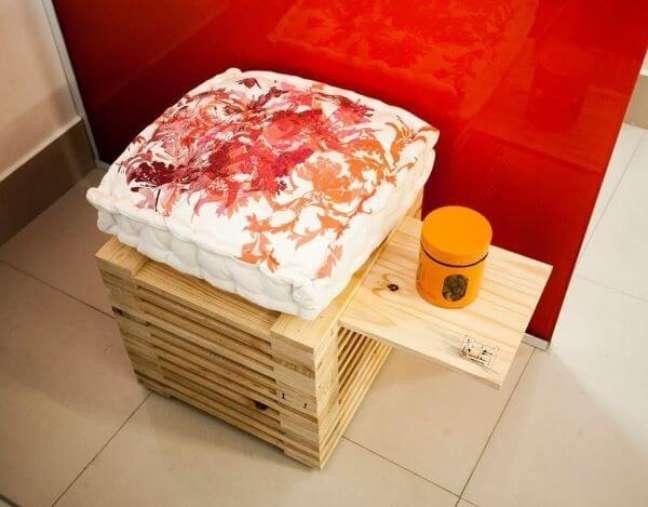 11. Banco com almofadas grandes de estampas criativas – Foto Priscila Imaizumi