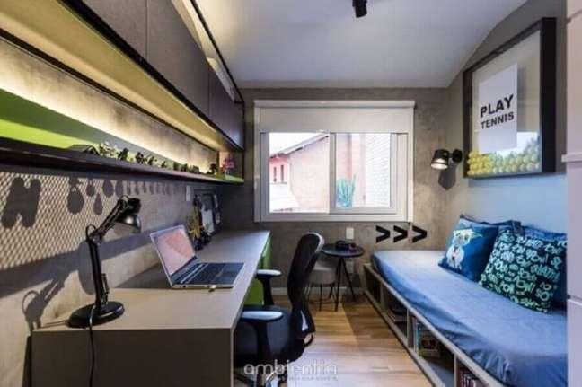 18. Decoração de quarto masculino moderno pequeno com parede de cimento queimado e armário aéreo – Foto: Ambientta Arquitetura