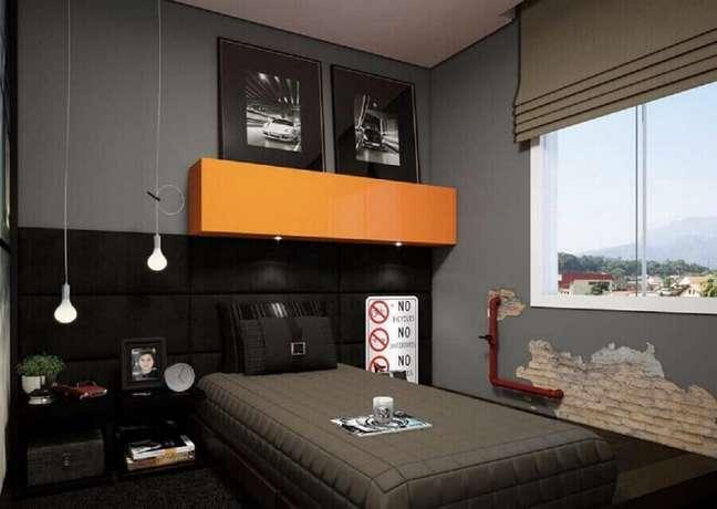 23. Decoração de quarto masculino pequeno em tons de cinza com armário aéreo laranja – Foto: Decor Fácil