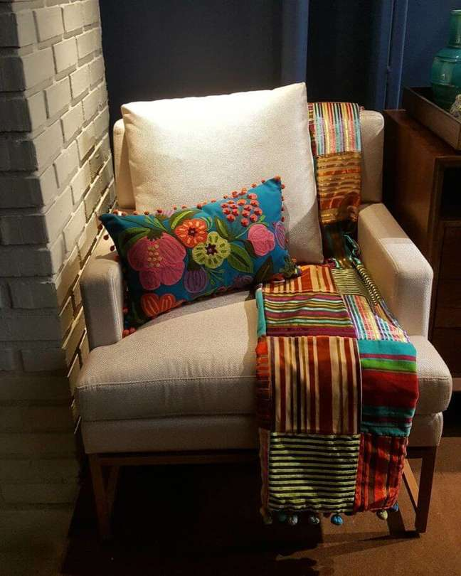 27. Poltrona com almofadas grandes e manta colorida – Foto Debora Simony
