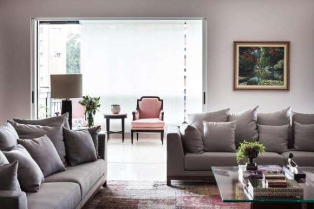 3. Almofadas grandes para encosto de sofá em cinza – Foto Olegário de Sá e Gilberto Cioni