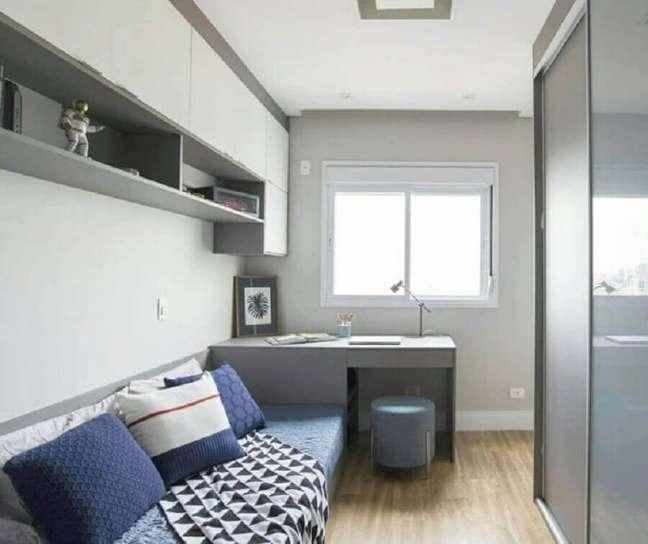 31. Decoração simples para quarto masculino solteiro pequeno com escrivaninha cinza – Foto: Michele Gagliard