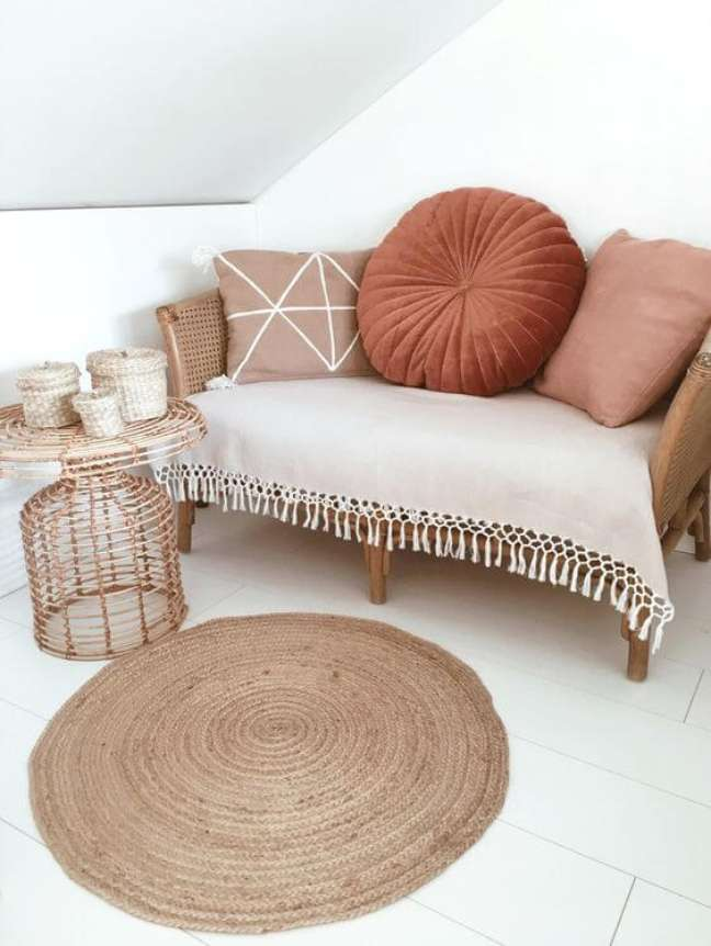 50. Sofá pequeno com almofada redonda – Foto Homedeco