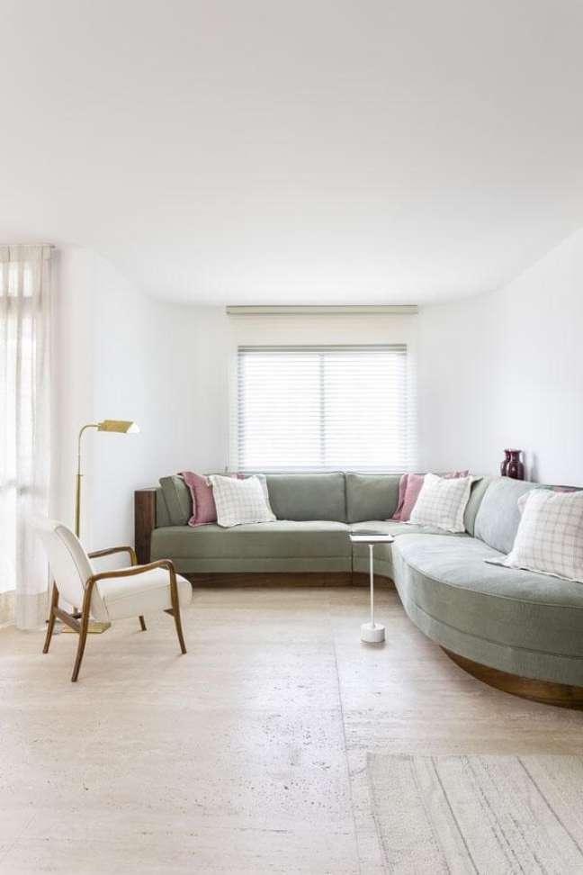 51. Sofá verde com almofadas grandes coloridas – Foto Felipe Hess