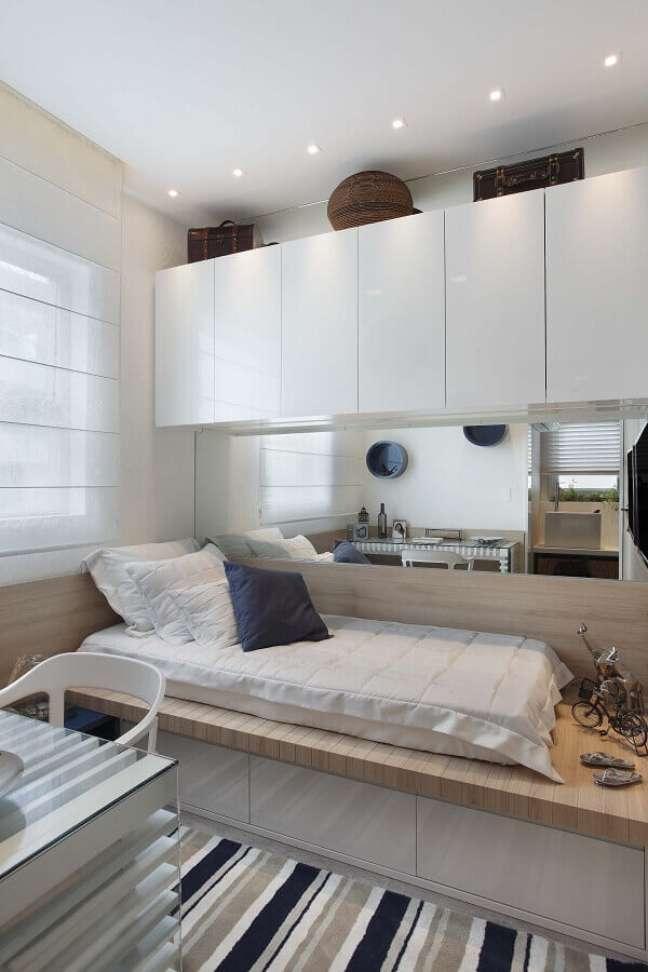 7. Tapete listrado para decoração de quarto masculino pequeno planejado com armário aéreo – Foto: Radar Decoração