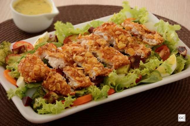 Guia da Cozinha - Peixe empanado crocante com salada para qualquer ocasião