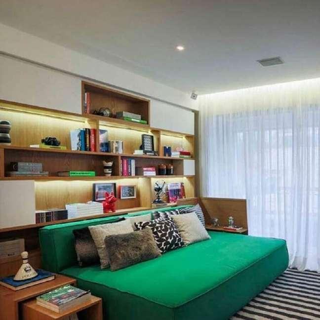 19. Decoração de quarto masculino pequeno com estante de nichos planejada – Foto: Fernanda Marques