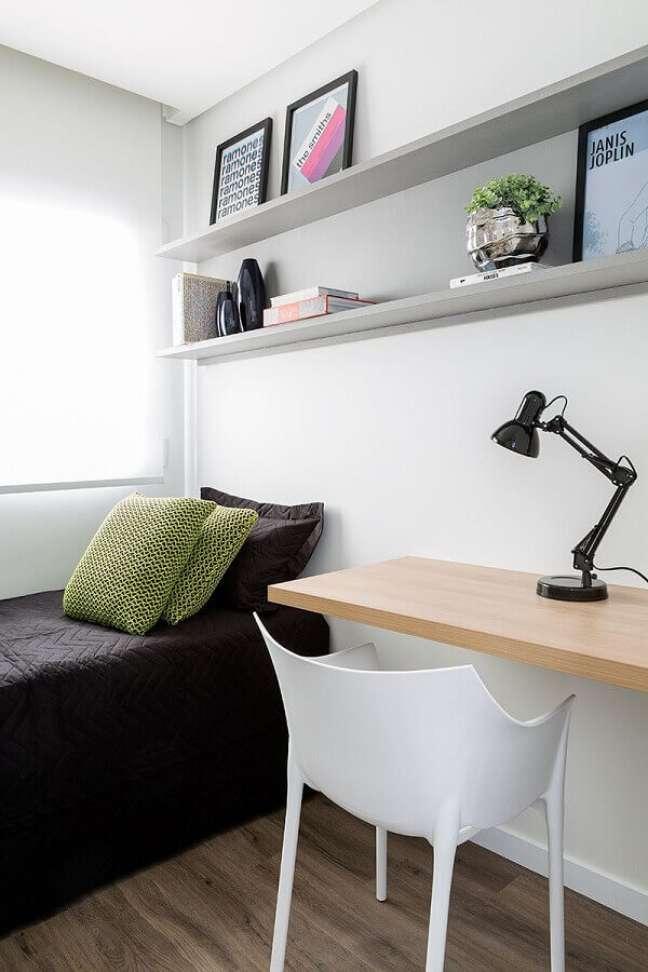 2. Decoração simples para quarto pequeno masculino com bancada de madeira – Foto: Barbara Dundes