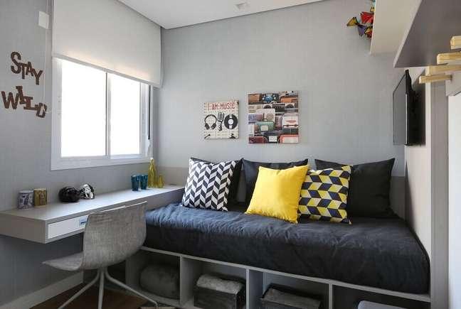 36. Escrivaninha planejada para decoração de quarto adolescente masculino pequeno – Foto: Lucia Wjuniski