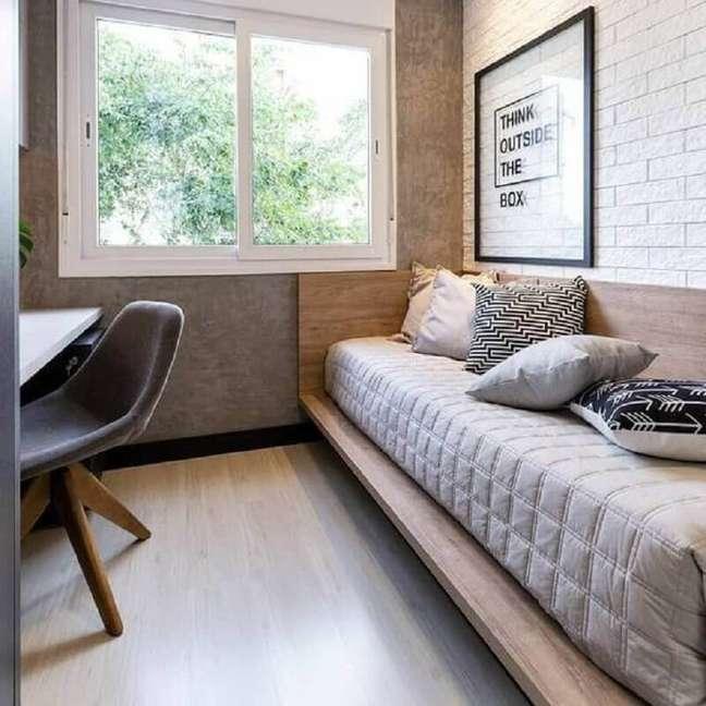 54. Quarto masculino pequeno decorado com parede de cimento queimado e cama de madeira planejada – Foto: A2 Arquitetura