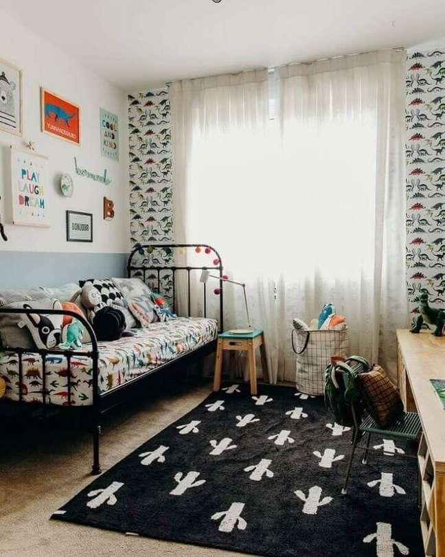 11. Cama de ferro para decoração de quarto infantil masculino pequeno e simples – Foto: Gabi Marques