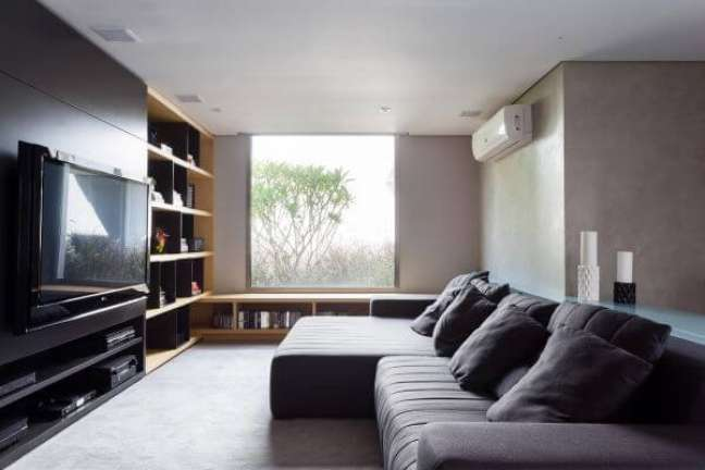 42. Sala de tv com almofadas grandes e confortáveis no sofá – Foto Consuelo Jorge