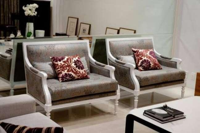 32. Poltronas clássicas com almofadas grandes – Foto Archdesign Studio