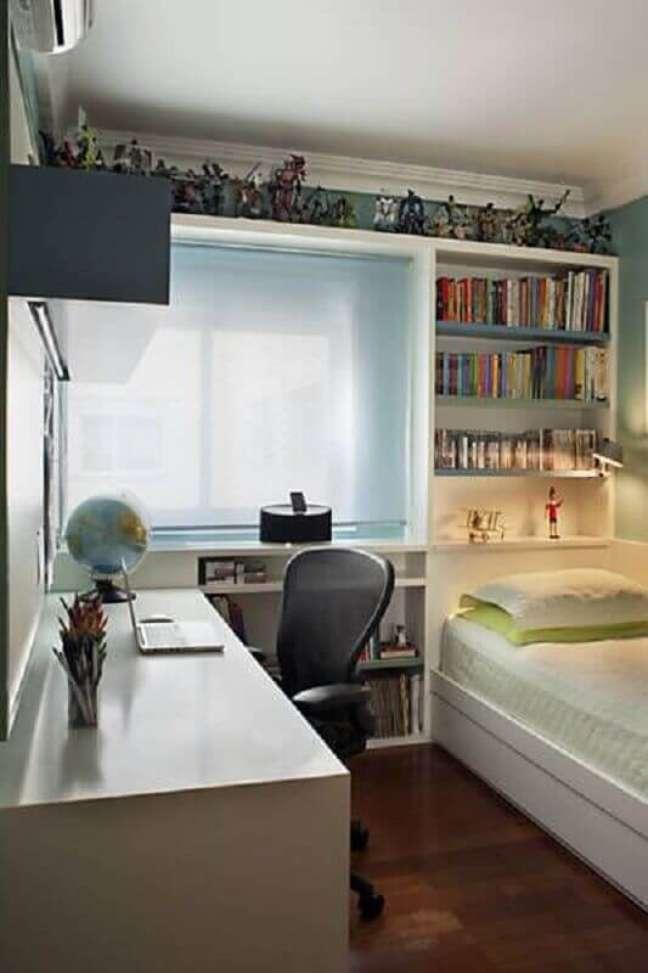 21. Decoração de quarto masculino pequeno com nichos para livros – Foto: Krakowiak e Tavares