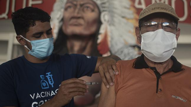 No Brasil, terceira dose começará a ser ofertada a alguns grupos a partir de 15 de setembro