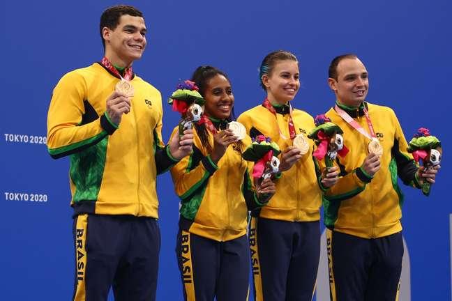 Equipe brasileira que conquistou o bronze na prova 4x100m livre S14 dos Jogos Paralímpicos