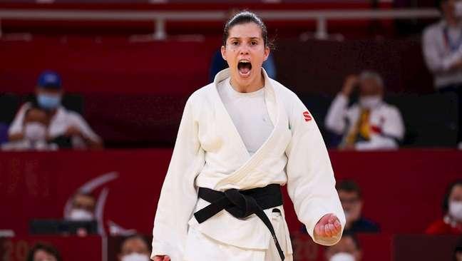 Judoca Alana Maldonado comemora após conquistar o ouro na Paralimpíada