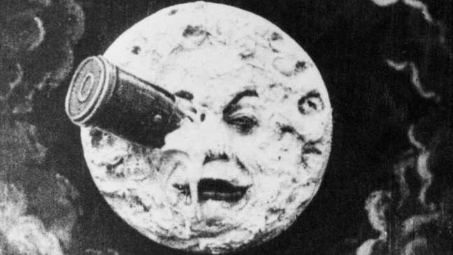 No filme 'Viagem à Lua', de George Melies, de 1902, astrônomos fazem uma visita ao satélite, que já está povoado, mas não se instalam por lá