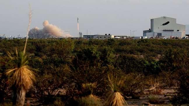 O foguete de Bezos decola, deixando para trás a superfície verdejante da Terra