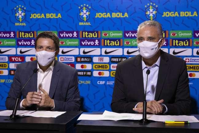 Juninho Paulista e Tite, na sexta-feira, quando confirmaram a convocação de nove jogadores para a Seleção