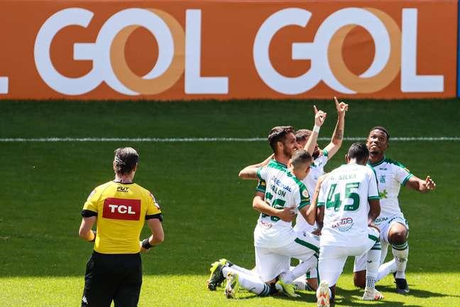 Fabrício Daniel (de frente) comemora com seus companheiros um dos seus dois gols neste domingo