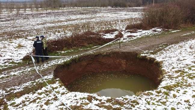 Mais de 100 buracos de tamanhos variados apareceram na região em menos de um mês, levando a temores pela segurança dos moradores