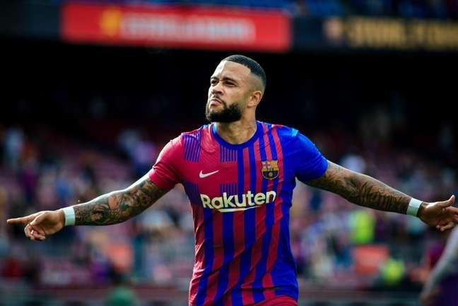 Depay comemora após marcar o segundo gol da vitória do Barcelona