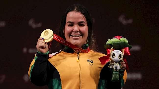Mariana D'Andrea no pódio com a medalha de ouro que conquistou no halterofilismo