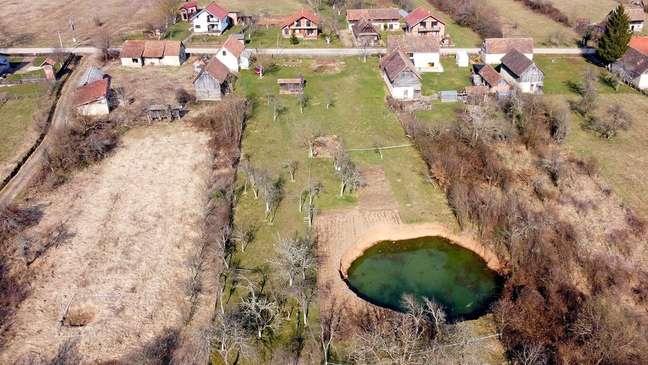 O buraco no jardim de Borojević continuou a crescer depois que apareceu — e pode custar centenas de milhares de euros para ser tapado