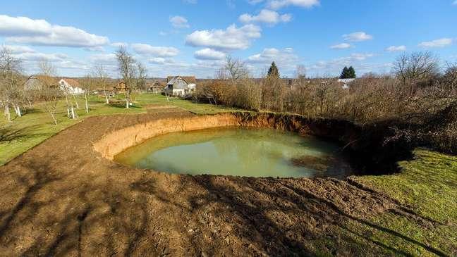 O buraco que se abriu no jardim de Nikola Borojević tinha mais de 30 m de largura e 15 m de profundidade