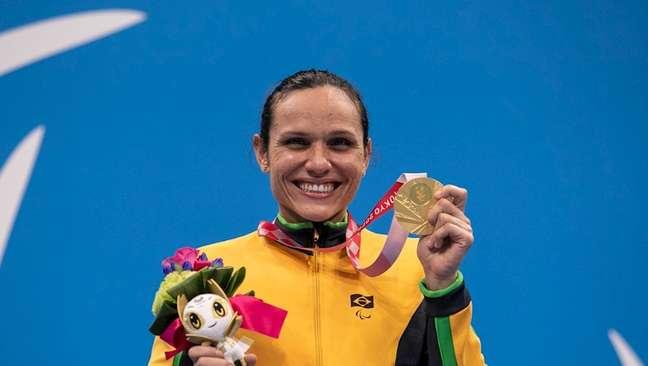 A nadadora Carolina Santiago exibe a medalha de ouro histórica para o Brasil em Tóquio