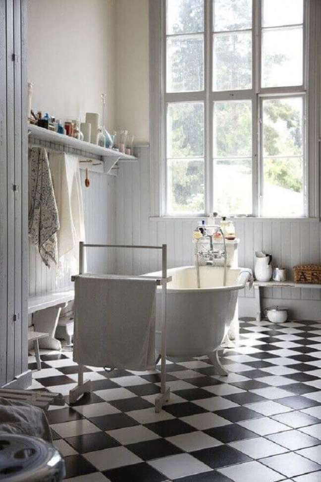 12. Banheiro decorado com banheira de imersão e piso xadrez preto e branco – Foto: Lepsie Byvanie